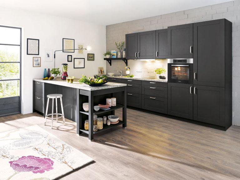 Inselküche mit Rahmenfronten Seidenglanz